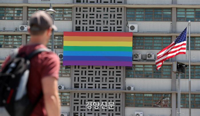 주한 미국대사관 건물 외벽에 21일 성소수자를 상징하는 무지개 깃발이 내걸렸다. 20회를 맞은 서울퀴어문화축제에 대한 연대와 지지의 의미를 담았다.  / 서성일 기자 centing@kyunghyang.com
