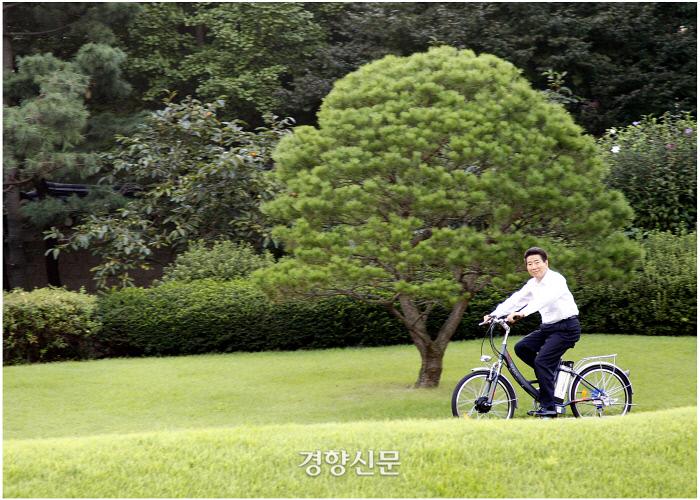 청와대 본관 잔디밭에서 업무를 마친 후 자전거를 타며 휴식을 취하고 있다.2007.9.13ⓒ 장철영