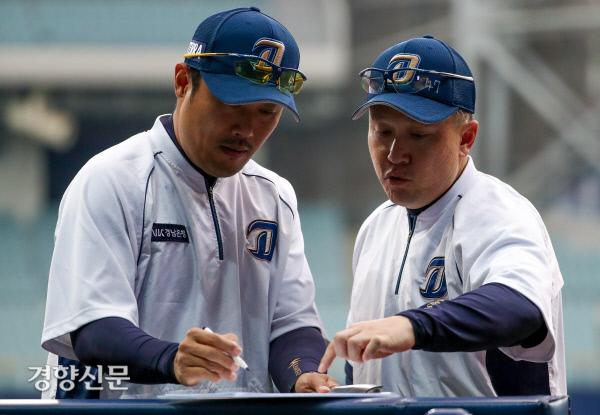 [경향포토]이동욱 감독, 오늘은 어떤 선수가 좋을까?