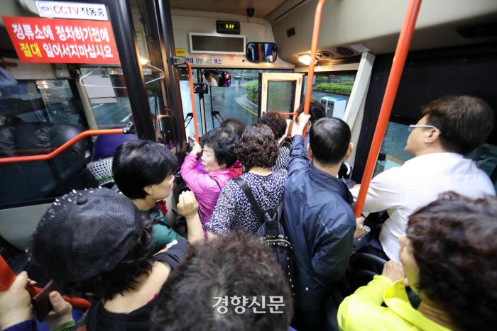 7일 오전 서울 노원구 상계주공7단지-강남역을 운행하는 146번 버스가 첫차를 이용하는 승객들로 붐비고 있다. / 권도현 기자 lightroad@kyunghyang.com