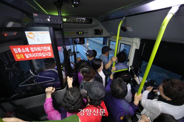 서울시에서 일부 노선의 버스 첫차를 2대씩 운행하기 시작한 10일 오전 서울 노원구 상계주공7단지-강남역을 운행하는 146번 버스가 첫차를 이용하는 승객들로 붐비고 있다. (해당 구간은 먹골역-영동대교 북단 / 7일 촬영 사진과 같은 구간) / 권도현 기자 lightroad@kyunghyang.com