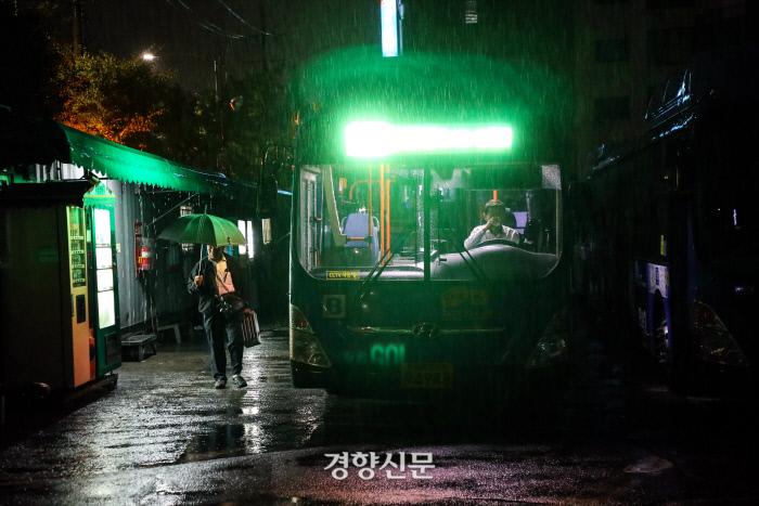 7일 오전 서울 노원구 상계주공7단지-강남역을 운행하는 146번 버스의 버스기사가 운행준비를 하고 있다. / 권도현 기자 lightroad@kyunghyang.com