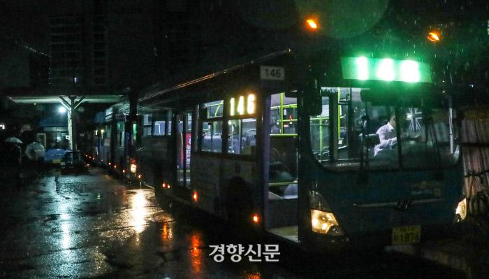 서울시에서 일부 노선의 버스 첫차를 2대씩 운행하기 시작한 10일 오전 서울 노원구 상계주공7단지-강남역을 운행하는 146번 버스가 첫차 두 대가 출발 전 7단지영업소 차고지에 정차해있다. / 권도현 기자 lightroad@kyunghyang.com