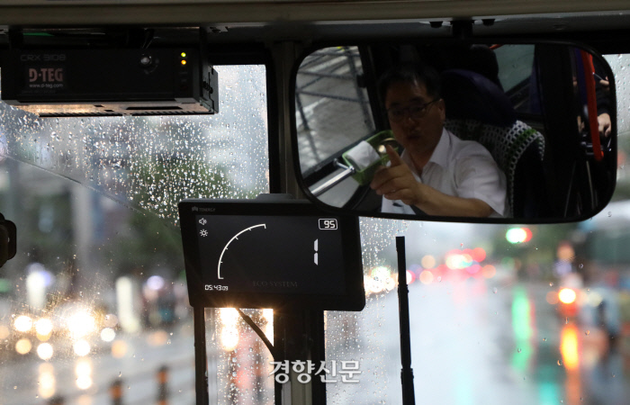 7일 오전 서울 노원구 상계주공7단지-강남역을 운행하는 146번 버스의 기사인 박옥균씨가 운행정보표시기를 가르키고 있다. / 권도현 기자 lightroad@kyunghyang.com