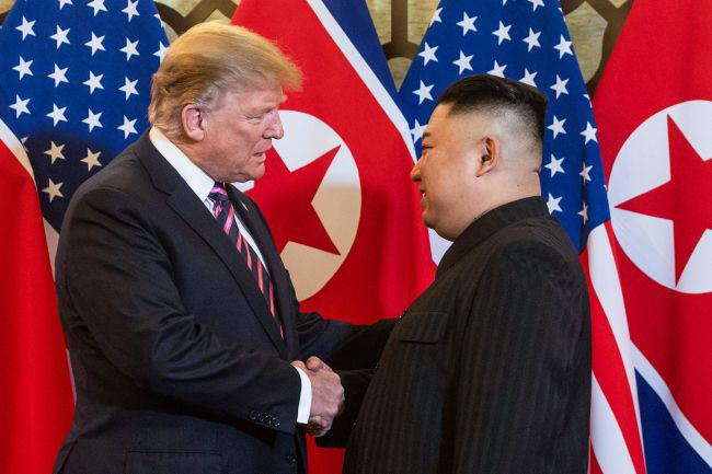 도널드 트럼프 대통령과 김정은 북한 국무위원장이 지난 2월27일 베트남 하노이에서 만나 악수를 하고 있다. 연합뉴스