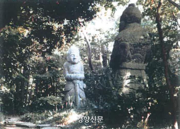 1927년 무렵 일본으로 반출되어 경매를 통해 팔려간 조선시대 장군석과 장명등 등 석물들. 92년만에 기증 환수됐다. |우리예돌박물관 제공