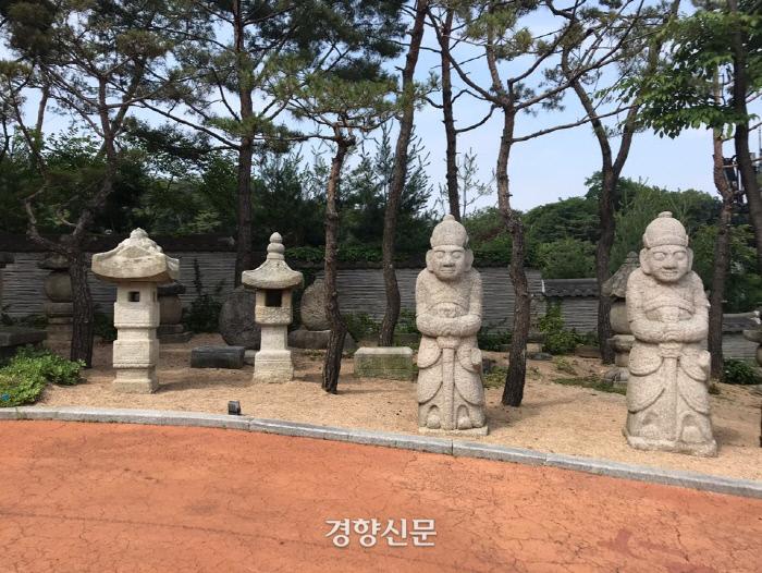 우리옛돌박물관에 기증된 조선시대 석물들. 문인석과 달리 장군석은 왕이나 왕족, 공신들의 무덤을 호위한, 아주 희귀한 석물이라 한다. |우리옛돌박물관 제공