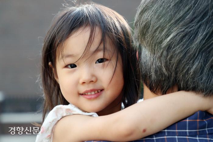 [키우며 자라는 아빠] 쉰 넘은 아빠와 딸의 밀당(?)