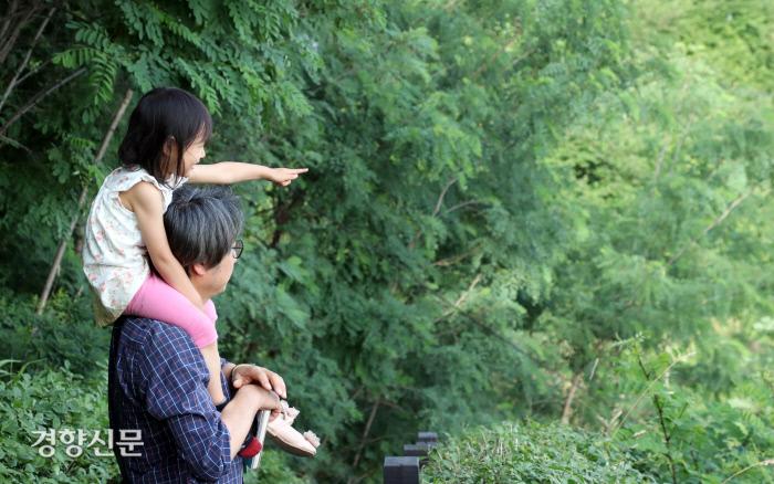 임종진씨가 리솔이와 함께 산아래 마을 풍경을 바라보고 있다.