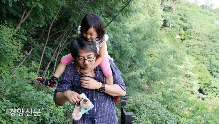 임종진씨가 딸 리솔이를 목말 태우고 산책로를 걷고 있다.