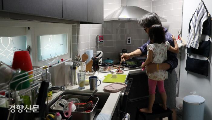 임종진씨가 주방에서 리솔이와 함께 저녁을 만들고 있다.