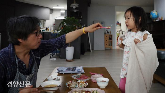 임종진씨가 리솔에게 숟가락으로 밥을 먹여주고 있다.