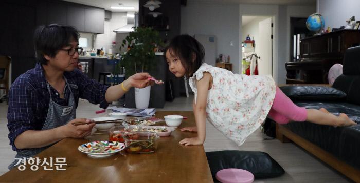 리솔이가 아빠와의 저녁식사 도중 딴청을 피우고 있다.