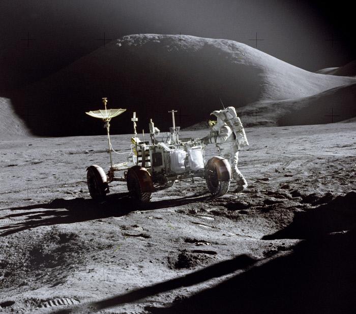 1971년 7월 아폴로 15호의 우주인 제임스 어윈이 월면차 곁에 서 있는 모습. 미국 항공우주국(NASA) 제공