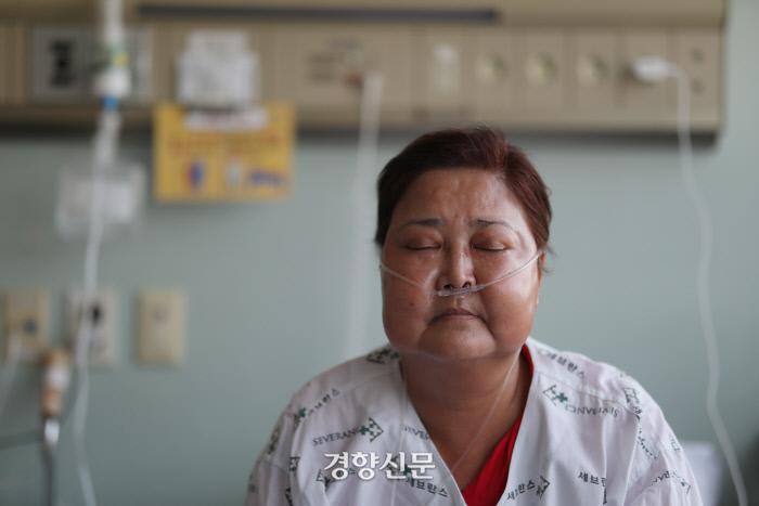 오랜 투병으로 인한 가족의 고생과 정부의 피해자 구제 지원에 대한 문제점을 이야기하던 안씨가 잠시 눈을 감고 있다. /강윤중 기자