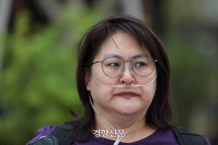 가해기업의 사죄와 배상을 요구한 조씨가 발언을 마치자마자 눈물을 흘리고 있다. /강윤중 기자