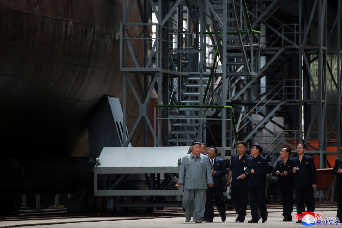 김정은 북한 국무위원장이 새로 건조한 잠수함을 시찰하는 모습을 조선중앙통신이 23일 보도했다. 연합뉴스