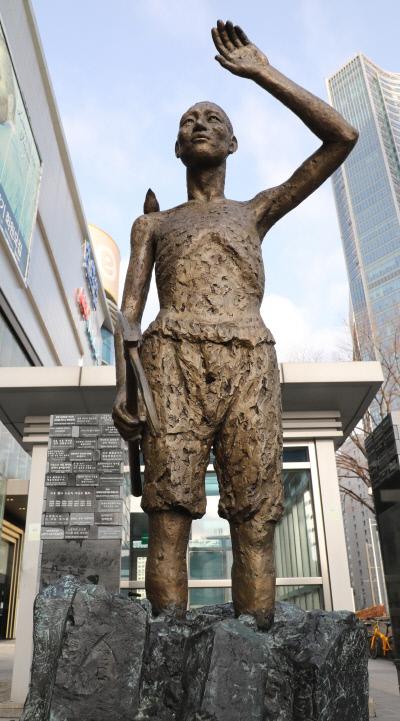 서울 용산역 광장에 설치된 일제 강제징용 노동자상에는 '고향에 가고 싶다'는 글귀가 새겨져 있다. 국유지인 용산역 광장에 들어선 강제징용상은 불법 시설물로 분류된다.  김영민 기자