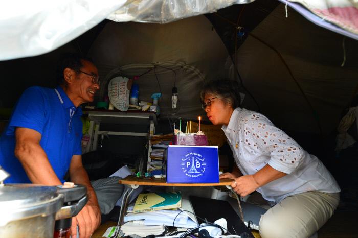 2016년 8월26일 생일을 맞은 김동애씨(오른쪽)가 케이크의 촛불을 끄고 있다.  정지윤 기자