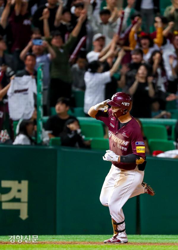[경향포토]김하성, 2점 홈런 거수 경례