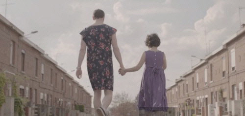 드레스와 인형을 좋아하는 남자아이가 가정, 교실, 사회에서 갈등을 겪다가 아버지의 '결단'으로 미소를 되찾는 내용이 담긴 홀리사이즈 'The Light' 뮤직비디오.
