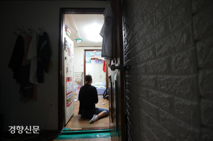 지난달 22일 경기도의 한 반지하에 사는 박현미씨(42)가 인터뷰에 응하고 있다. 아이들의 서랍, 책장 등이 놓인 작은방에서 12살 딸이 자고 박씨가 앉아있는 거실 겸 주방에서 13살, 17살 두 아들이 지낸다. 사진 김창길 기자 cut@kyunghyang.com