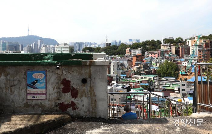 한 노인이 서울 도심이 내려다보이는 기슭에 앉아있다. 한 해에 공공임대주택 16만여채가 지어지지만 여전히 그곳에 들어갈 수 없는 사람들은 외곽으로, 비주택으로 밀려난다. 사진 김창길 기자 cut@kyunghyang.com