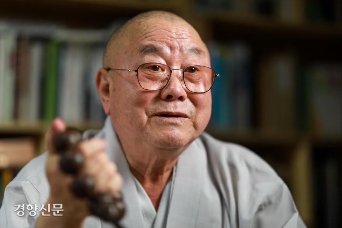 법타 스님이 서울 성북동 통일법당에서 탈북자 자매결연사업을 설명하고 있다. 우철훈 선임기자