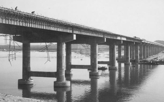 1969년 12월 개통을 보름가량 앞두고 마무리 작업이 한창인 한남대교 모습.  경향신문 자료사진