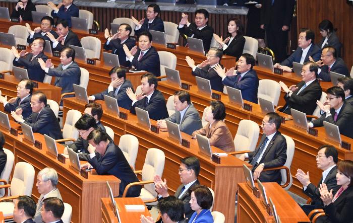 X자 그려보이는 자유한국당. 연합뉴스
