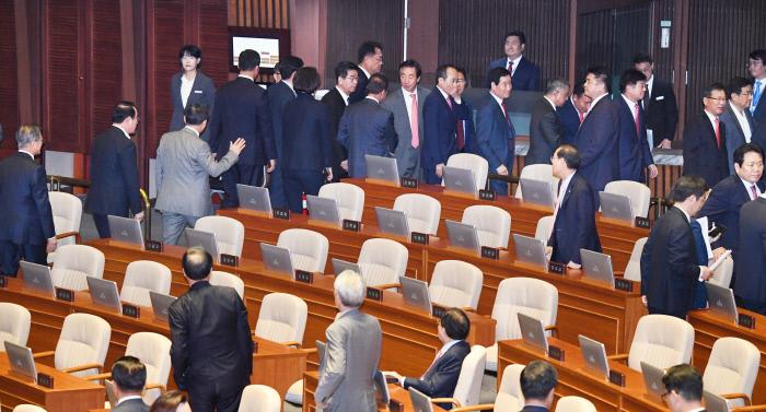 한국당 의석 통로로 걸어나오는 문재인 대통령. 연합뉴스