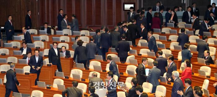 22일 오전 국회 본회의장에서 내년도 예산안에 대한 시정연설을 마친 문재인 대통령(왼쪽아래)이 자유한국당 의원들 측으로 향하고 있다. 대다수 자유한국당 의원들이 퇴장하고 있다./권호욱 선임기자