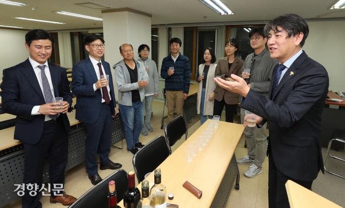 지난 21일 서울 중구 경향신문 본사에서 열린 '인생수업-한국 와인의 이해' 강연에서 최정욱 광명동굴 와인연구소장(오른쪽)이 참석자들에게 한국 와인에 대해 설명하고 있다.  이상훈 선임기자