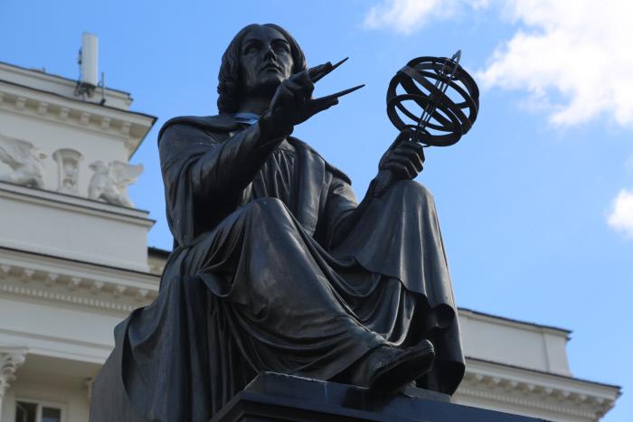 이슬람세계가 남긴 방대한 유산은 도처에서 확인할 수 있다. 일군의 과학사가들은 코페르니쿠스의 지동설 역시 아랍 학문지식의 영향을 받았으리라 판단한다. 폴란드 바르샤바의 코페르니쿠스 동상.