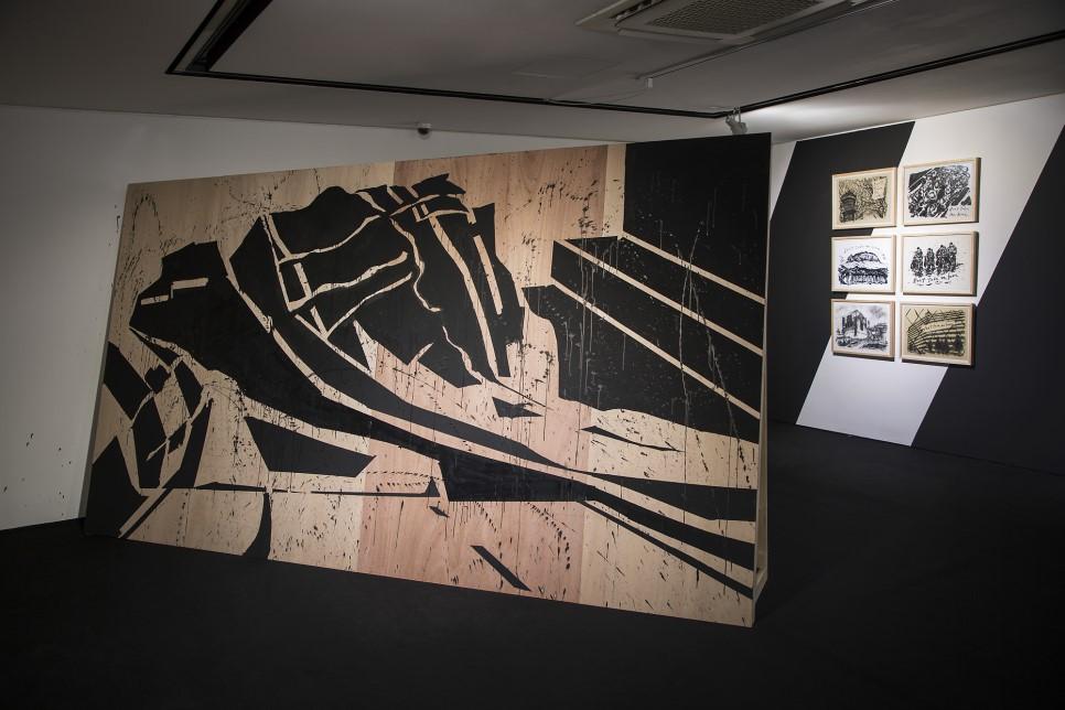 최대진 Daejin Choi, 쓰나미 / Tsunami, 2019, 나무에 먹과 페인트/ Ink & paint on wood, 가변크기