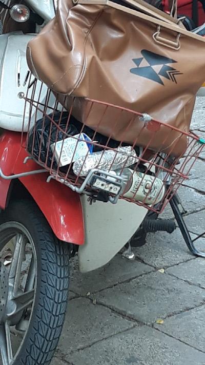 집배원 오토바이 바구니에 식사로 보이는 음식이 담겨 있다. 경향신문 자료사진