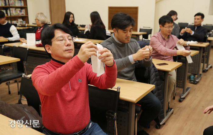 인생수업 참가자들이 휴지 마술을 직접 해보고 있다. 권도현 기자