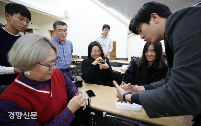 김동준 마술사가 참가자들에게 고무줄 마술을 보여주고 있다. 권도현 기자