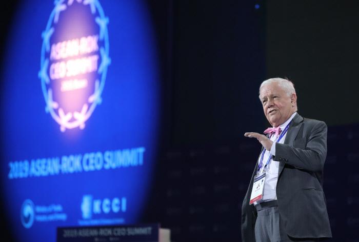 25일 부산 벡스코 2전시장에서 열린 2019 한-아세안 특별 정상회의 'CEO 서밋(Summit)'에서 짐 로저스 로저스홀딩스 회장이 주제 발표를 하고 있다.