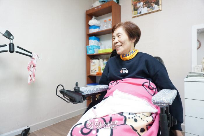 서금순씨가 11월 25일 대구 중구의 자립생활 체험홈에서 시설 밖으로 나온 이야기를 들려주고 있다./ 노도현 기자