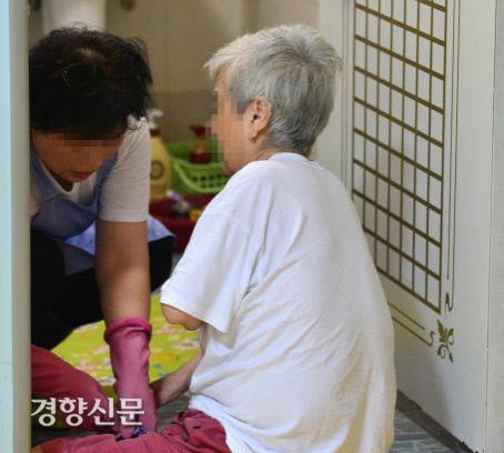 경기도의 한 노인요양원에서 요양보호사가 환자를 돌보고 있다. | 경향신문 자료사진