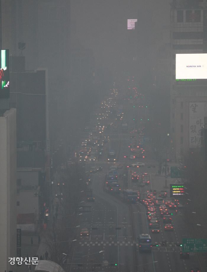 [포토뉴스]미세먼지 뒤덮인 종로 '숨 막혀'