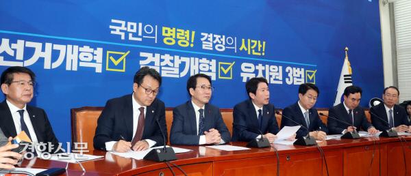 [경향포토]발언하는 더불어민주당 이인영 원내대표