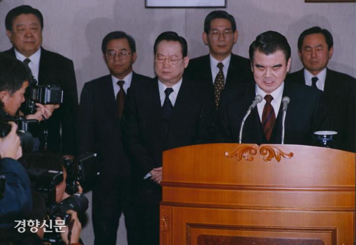 김태정 검찰총장(오른쪽 두 번째)이 2007년 7월 서울 대검찰청에서 대전 법조비리 사건과 관련해 대국민 사과문을 발표하고 있다. 경향DB