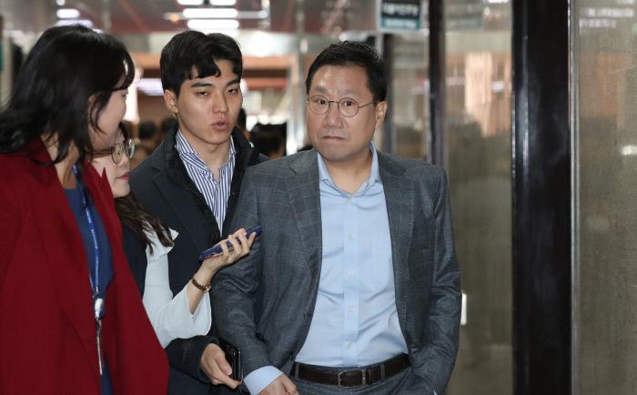 양정철 민주연구원장이 11월 14일 오전 국회에서 열린 총선기획단 회의에 참석하며 기자들의 질문을 받고 있다. 연합뉴스