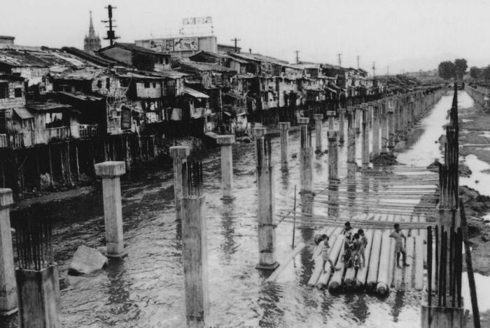 복개공사가 한창인 1960년대 초 청계천. 천변에 판짓집이 늘어서 있다.  경향신문 자료사진