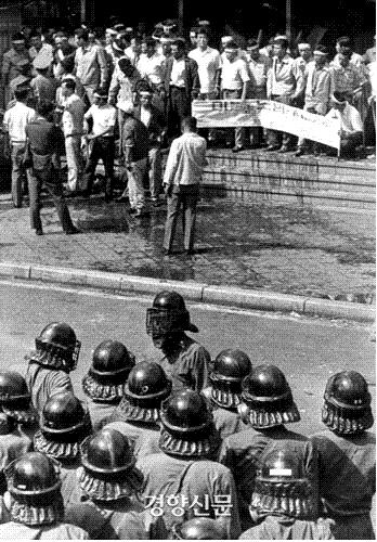 미불된 노임을 지불하라는 플래카드를 들고 KAL빌딩 앞에서 경찰과 대치하고 있는 파월기술자들 | 경향신문 자료사진