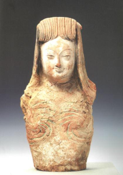 투르판 무르투크(木頭溝)에서 출토된 8~9세기 여인상. '여인'이라는 제목이 붙어있다. 국립중앙박물관 소장 오타니 컬렉션 가운데 대표유물이다. 조형적 완성도가 높은 것으로 보아 베레클리크 석굴사원에서 가져왔을 가능성이 크다. |국립중앙박물관 제공