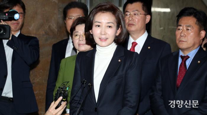 지난달 6일 자유한국당 나경원 당시 원내대표가 마지막 원내대책회의를 주재한 뒤 기자들의 질문에 답변하고 있다. 권호욱 선임기자