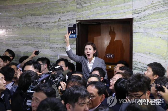 2018년 4월25일 자유한국당 나경원 당시 원내대표가 국회 본관 7층 의안과 사무실 앞을 점거한 채 구호를 외치고 있다. 연합뉴스